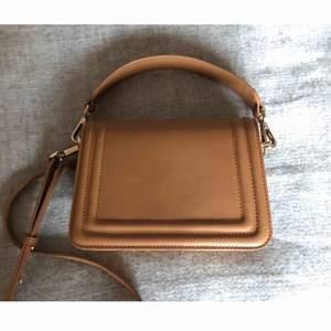 Beige väska i fint skick från Day birger et mikkelsen. Mått: 21cm x 15cm x 7cm.  Originalpris: 1.300kr