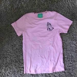 Urbanoutfitters  Riktigt fet rosa t-shirt   Köparen står för frakt 63kr