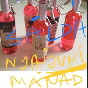 🥳NYA INGÅR ETT PAR Likör röd flaska PARTY ÖRHÄNGEN I AKRYL  😃🌸 *Leveras med present papper.+tygetiet