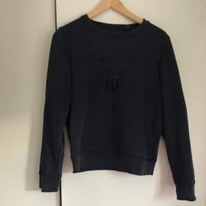 En superskön GANT-tröja i en mörkblå färg. Storlek small men passar även medium. Använd många gånger men är i fint skick! Köpt för 999kr. Köparen står för frakt💕