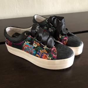 Säljer mina skor från Replay! Endast använda en gång, för köpte fel storlek. Coola detaljer och en lite högre sula. Frakt tillkommer!🥰