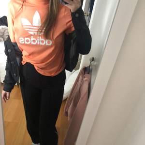 Orange/rosa t-shirt med lite polo. Coolt tryck på baksidan. Storlek S! 🦋 220 inklusive frakt 🦋