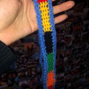 Färgglatt hårband inspirerat av jw Andersons cardigan. Justerbar och passar bra till mycket.