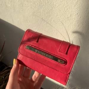 Rosa Björn Borg plånbok, retro stil. Tycker att denna plånbok kan piffa upp en outfit riktigt bra! Bra skick, några små små slitningar på sidan, men inget som syns:) Skriv för mer info och bilder.