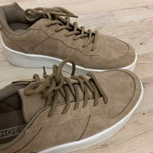 Superfina skor med hög sula från Nelly, nästan oanvända! Storlek 40.                             Köparen står för frakten!