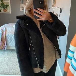 Supersnygg och skön jacka med fleece inuti som passar perfekt nu i kallare tider. Storlek S 💕💕 buuuda!!
