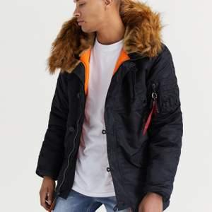 Säljer äkta alpha jacka köpte för 1 år sen ish, köpte för 2700 kr knappt använd, kan mötas upp i Stockholm annars kostar frakten 140 kr