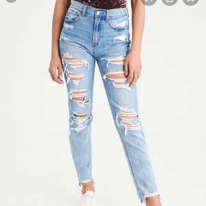 Väldigt håliga jeans från American eagle, extremt sköna!! Fint skick! Storlek US 2 Long (XS- 65 cm midjan, 89 cm vid låren)