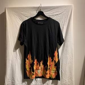 T-shirt med flammor från carlings. Använts enstaka gånger och är i bra skick. Säljs då den inte används.