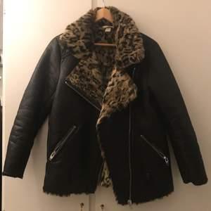 """Konstgjord mjuk """"läder"""" med leopard päls, använd sparsamt storlek 38"""