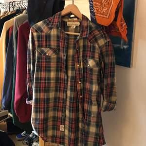 En rutig skön skjorta i herrmodell, men som kan användas av alla:)