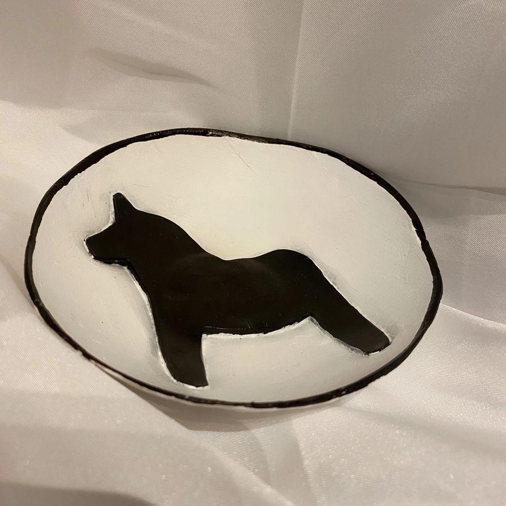 Handgjorda skålar i keramik, använd till smycken, godis eller bara som en cool prydnad 🙏🏻 Perfekt som julklapp🥰. Accessoarer.