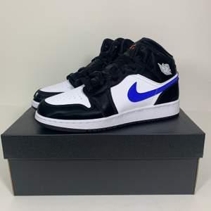 Hej! Säljer två par 'Racer Blue' Jordans i storlekar 37.5 och 38.5! Kan mötas upp i Stockholm eller posta spårbart och dubbelboxat för 95kr. Pris 1695:-/par