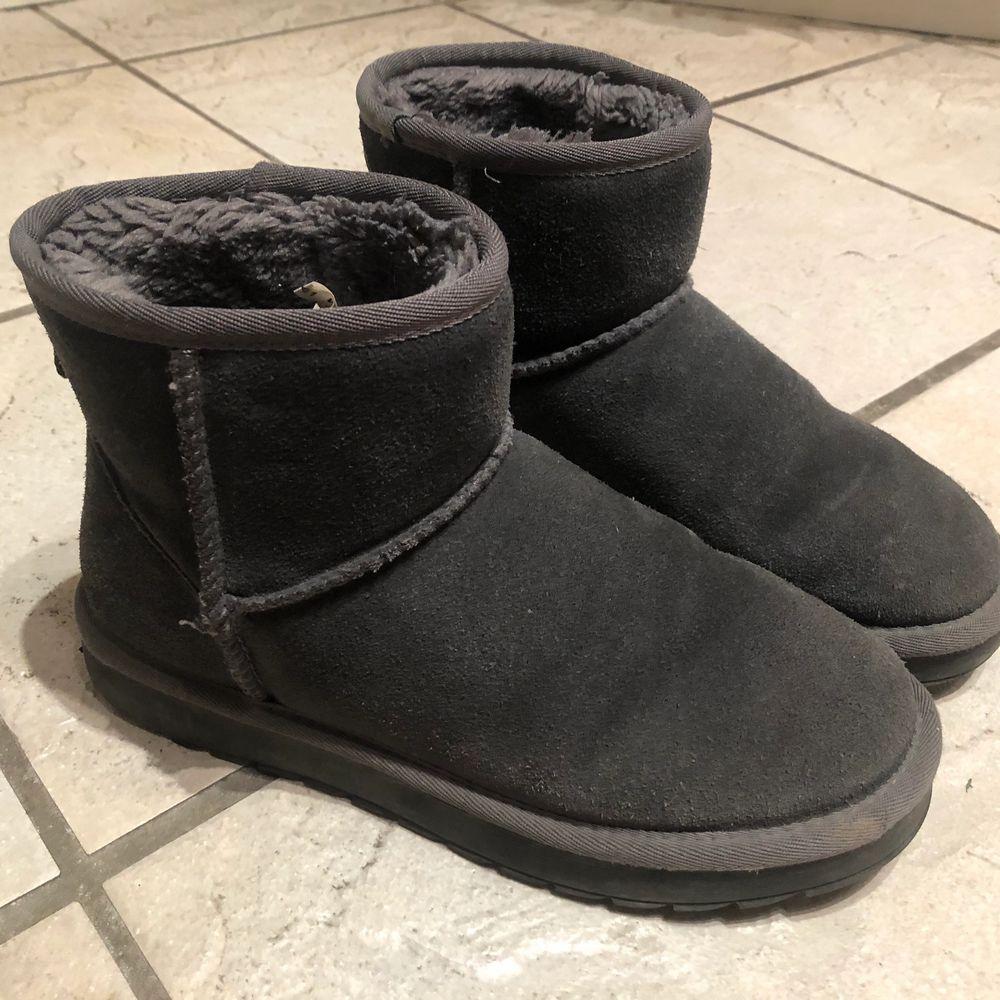 """Säljer dessa sparsamt använda """"uggs"""" då de inte kommer till användning. (Använde dom endast några gånger under förra vintern). De är gråa och i storlek 38. Supersköna och varma! Skriv vid intresse eller funderingar🥰 Kan mötas upp annars står köparen för frakten!. Skor."""