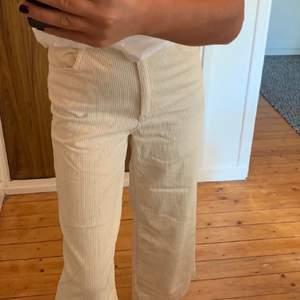 Beige/vita Manchester byxor från H&M. Använda en gång, frakt tillkommer 🤎