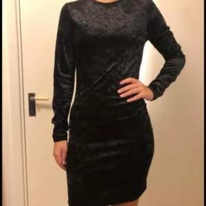 Säljer denna klänning i storlek XS men passar även S, köparen står för frakt✨