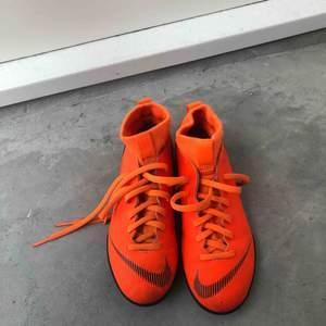 Nike fotbollsskor/idrottsskor i mycket fint skick säljes. Givetvis äkta. Storlek: 33