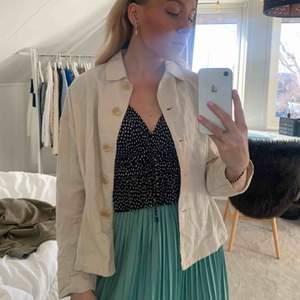 Kofta/tunnare jacka i linnematerial från Zara! Supertrendig till våren/sommaren🤩🤩 Frakt tillkommer📦