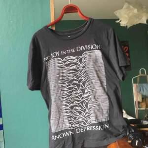 T-shirt från t-shirt store! Bra skick och kvalitet! Möta upp i Sthlm eller skickar mot fraktkostnad 🥰
