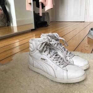 Vita lite högre skor från Puma i storlek 37. De är ganska väl använda men går att rengöra om man vill det💕