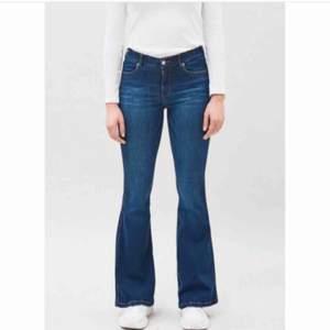 """Helt nya bootcut byxor ifrån Dr.Denim i modellen """"Macy"""". Detta är mina absoluta favorit byxor jag ÄLSKAR dem, säljer pga jag råkade beställa två par. Jätte stretchiga & sitter så fint på, framhäver kroppen bra! Dem är ljusare än på bilden💕 Nypris 700kr"""