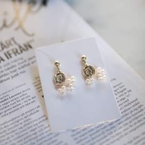 Guldiga örhängen med vita pärlor! Nyskick🍂 Hör av dig om du är intresserad💗