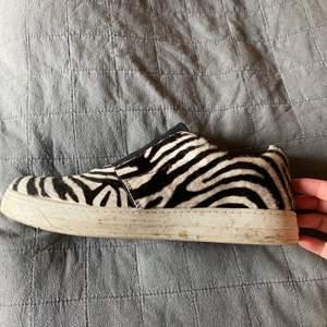 Sneakers i skinn och faux fur från Prada i fint skick!