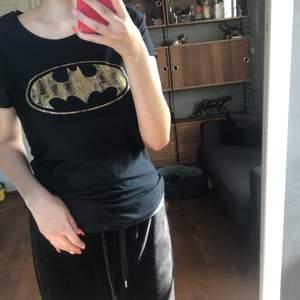 Batman tränings tröja från Under Armour köpt i New York. Trycket ser urtvättat ut med det är så den ska se ut☺️ . Skulle säga att den passar S också. Frakt tillkommer på 22 kr. Hör av dig vid frågor eller för fler bilder💕