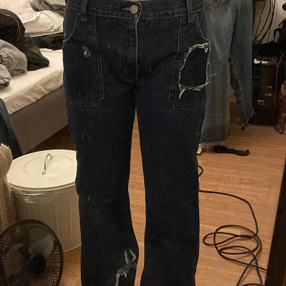 As feta bootcut jeans med ett lodrätt hål på högra smalben, en ficka är också avklippt, det är lock-fickor på baksidan. Cond 10/10.. säljer då jag aldrig använder dem längre men älskar dem☺️☺️ köpta secondhand för några månader sedan . Jeans & Byxor.