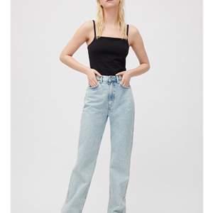 Jättefina jeans från weekday i modellen ROWE. I väldigt bra skick då dem bara använts ett par gånger, säljs eftersom dem har blivit för små🥰