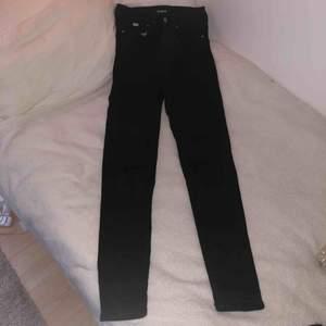Svarta ripped jeans från KARVE⭐️ Slitna stora hål på knäna✨ Köpta från Carlings för 699💕 Stretchigt material, passar xs och s😋
