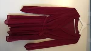 Superfin klänning som endast är använd en gång, så i nyskick! Storlek 38