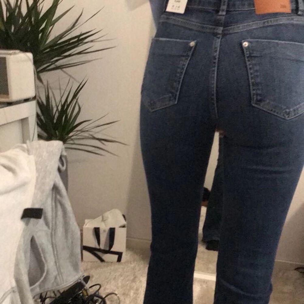 Helt nya blåa bootcut jeans från Zara! Lappen kvar!Orginal pris: 359 Säljer för det inte gick att lämna tillbaks och hade redan ett likande par!  . Jeans & Byxor.