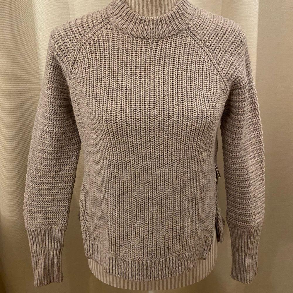 """En gråa stickad tröja med dragkedjor på båda sidor. Det är en tröja i """" Wool blend"""". Möter upp i centrala stockhom eventuellt frakta. Frakt tillkommer! . Stickat."""