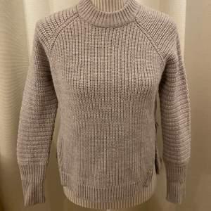 """En gråa stickad tröja med dragkedjor på båda sidor. Det är en tröja i """" Wool blend"""". Möter upp i centrala stockhom eventuellt frakta. Frakt tillkommer!"""