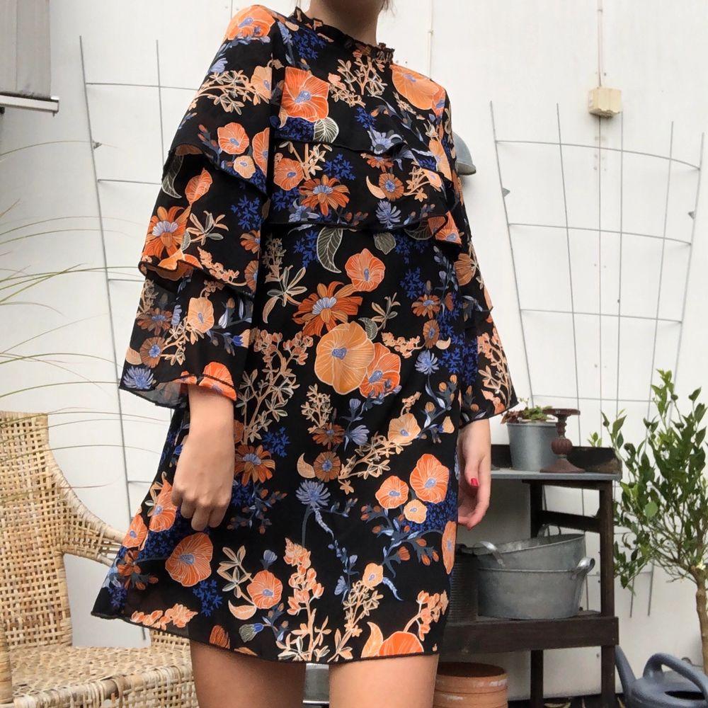 Halli hallå! Är det den perfekta höstklänningen du har stött på? Aldrig använd från Monki. Storlek 36. Lev ut livet som 3:e systern i first aid kit!! Sjuttiotals, Lilla My drömmen! . Klänningar.