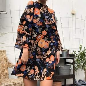 Halli hallå! Är det den perfekta höstklänningen du har stött på? Aldrig använd från Monki. Storlek 36. Lev ut livet som 3:e systern i first aid kit!! Sjuttiotals, Lilla My drömmen!