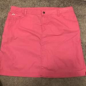 Jättefin kjol i knallrosa färg från Peak performance. Säljer eftersom den är för stor för mig. Storlek L.