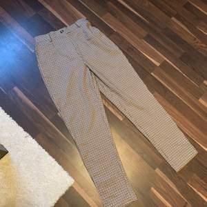 Säljer dessa skitsnygga byxor från Cubus. De är aldrig använda och lappen är kvar. Storlek 38
