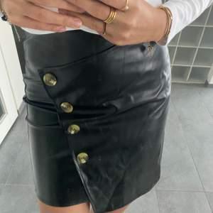 Oanvänd kjol i fakeläder💕 Storlek M men passar även mindre