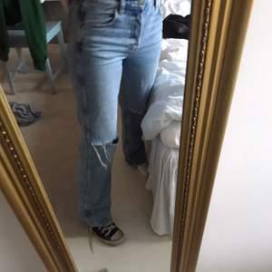 Säljer dessa jeans från other stories, helt felfria, har storlek 36 i vanliga fall och är 168 cm lång