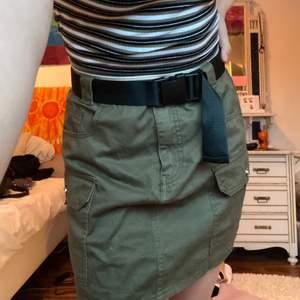 En militär grön kjol med ett svart bälte🖤💚 användes en del i somras men annars orörd, super cool och ball om man nu har den stilen🤎 frakt tillkommer📦