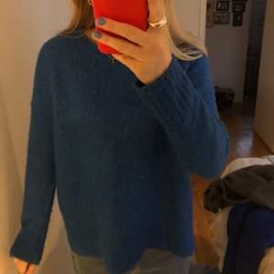 Världens härligaste stickade tröja! Den är klarblå och lite oversized! Hör av dig för mer info!