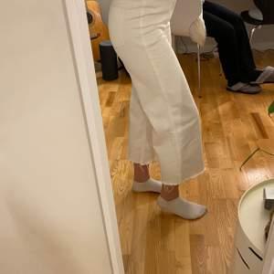 Snygga vita vida jeans ifrån H&M, säljs eftersom jag tycker att det är för korta för mig. Modellen är lite kortare än anklarna. Storlek 36 och säljs för 100 kr + frakt✨✨