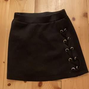 Svart kjol från lindex, köpte för 3 år sedan, strlk 128 barn, inte använd så mycket. 20kr+frakt