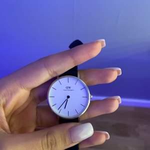 Säljer denna superfina klocka som är köpt för 1399 kr. Klockan är i ett bra skick. Vid snabb affär kan priset sänkas💕
