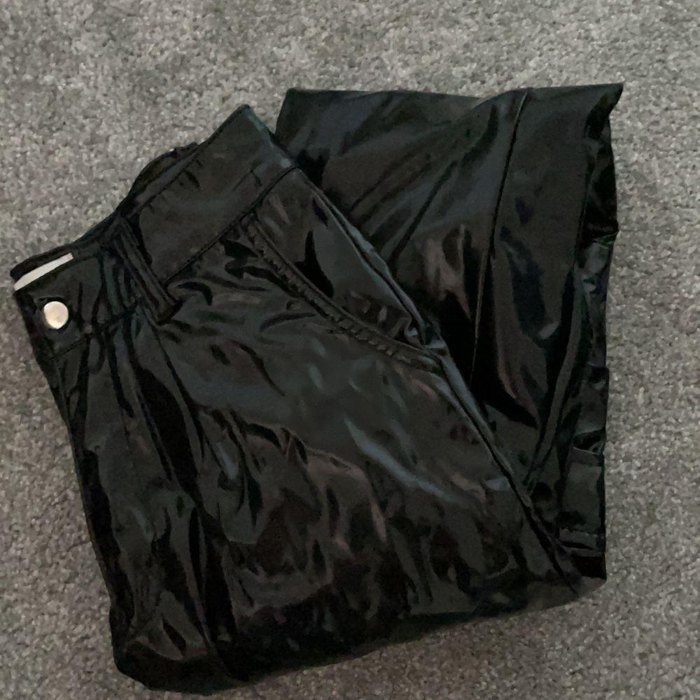 As coola vinyl cargo pants från Lisa Ankarman kollektion från madlady. Använt få tal gånger så de är nästan som nya. Jeans & Byxor.