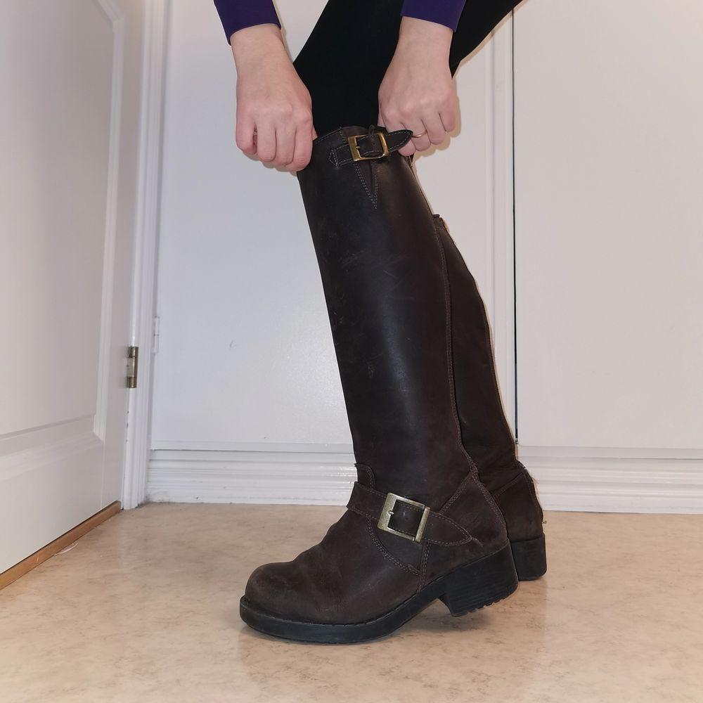 Höga mörkbruna Johnny Bulls i storlek 37. Säljer för att jag inte använder dom längre. I fint skick, syns knappt på sulan att dom är använda.. Skor.