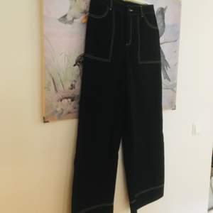 Svarta vida jeans med vita sömmar från monki. Helt nya!