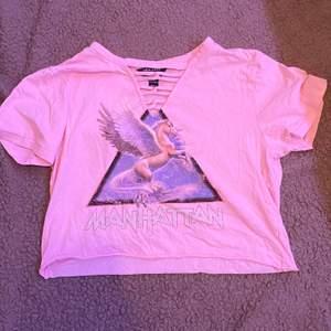 Rosa T-shirt. Ganska använd. Från new look 915. Xs. Fraktar eller möts upp i Sthlm. VILL BLI AV MED ALLT